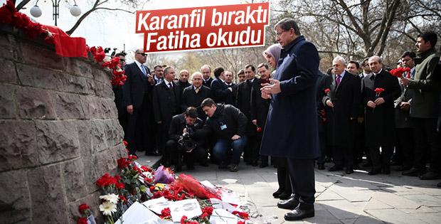 Davutoğlu Ankara saldırısının olduğu yere karanfil bıraktı