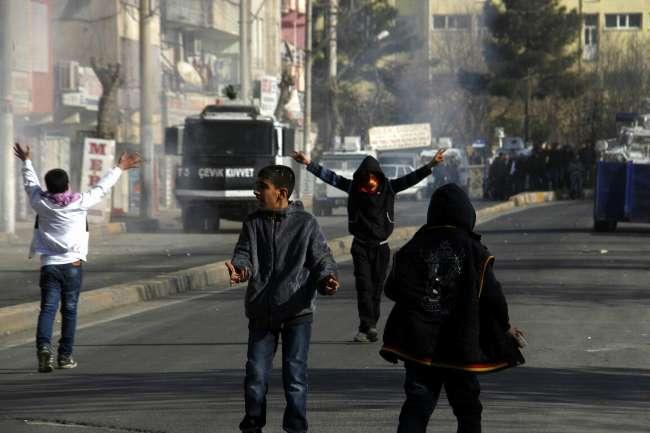 BDP'nin Diyarbakır'da düzenlediği yürüyüşte olay çıktı