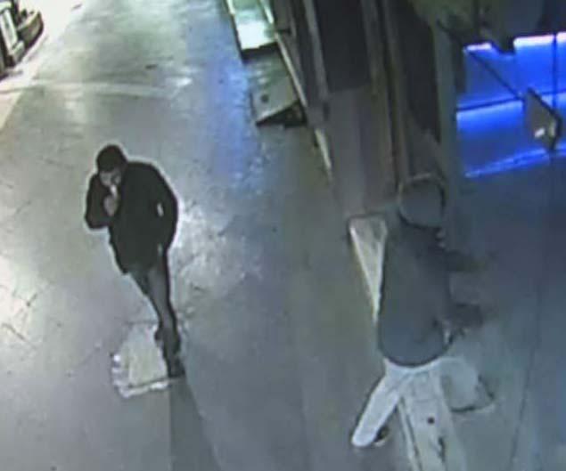 Konya'da bir hırsız çevreye aldırış etmeden dükkan soydu