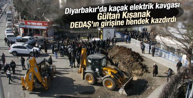 Diyarbakır'da DİSKİ DEDAŞ'ın önüne hendek kazdı