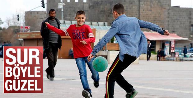 Diyarbakır'da çocuklar tarihi surların önünde top oynadı