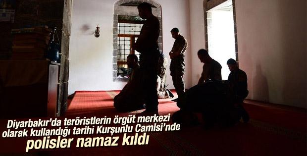 Teröristlerden temizlenen Kurşunlu Camisi'nde polisler namaz kıldı