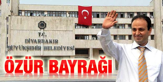 Diyarbakır Belediyesi'nde Türk bayrağı dalgalanıyor
