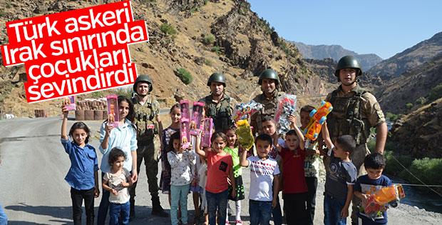 Mehmetçik Irak sınırında çocukları bayramlaştı