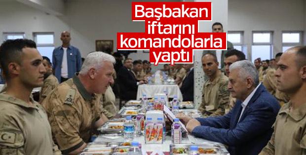 Başbakan orucunu askerlerle açtı