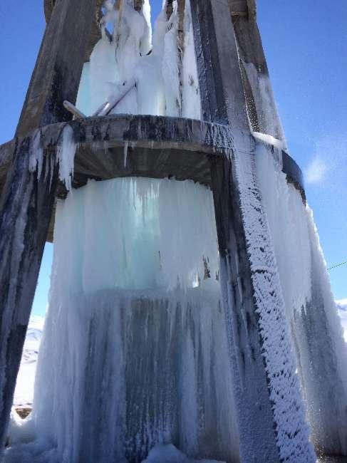 Su deposu boruları patlayınca buz kütlesine döndü