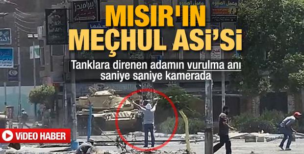 Mısır'da tankın önünde duran adamın vurulma anı