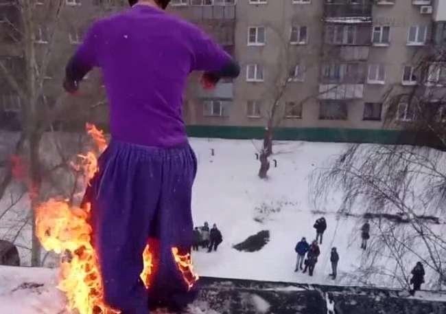 Rusyalı dublör kendini yakarak kar kütlesine atladı - izle