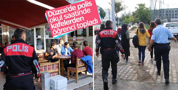 Polis okuldan kaçan öğrencileri öğretmenlerine teslim etti