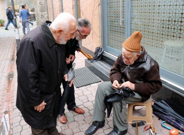 90'lık şemsiye tamircisi gözlük kullanmadan çalışıyor