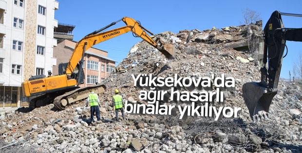 Yüksekova'da ağır hasarlı binalar yıkılıyor