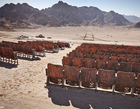 Uydu görüntülerinden çöl ortasında sinema bulundu