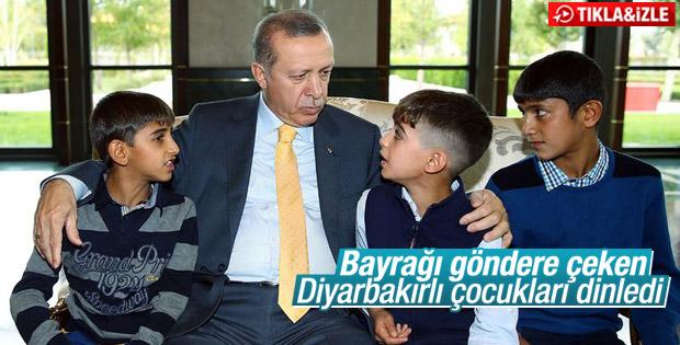 Erdoğan Türk bayrağını göndere çeken çocuklarla buluştu