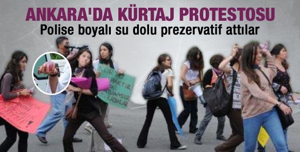 Kürtaj eyleminde kadınlar polise prezervatif attı