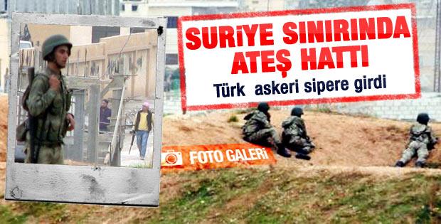 Türk askeri ellerinde silah siperde Suriye'yi izliyor