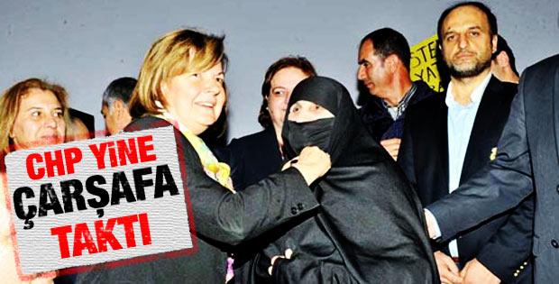 CHP İzmir'de çarşaflı partiliye rozet taktı