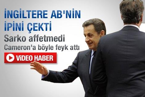 Sarkozy Cameron'ı kıvrak hareketiyle es geçti