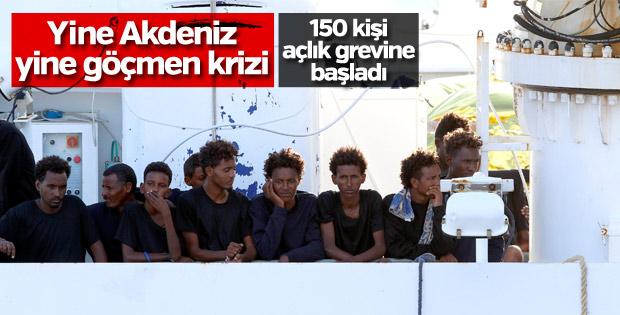 İtalya kıyılarında gemide bekleyen mülteciler çaresiz