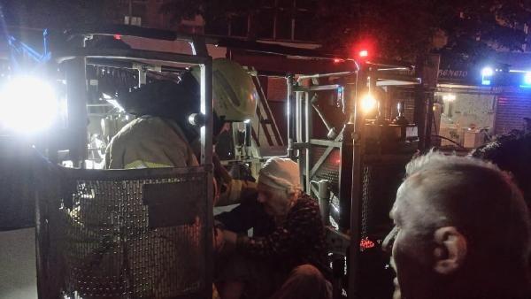 Yangında mahsur kalan anne ile engelli kızı kurtarıldı