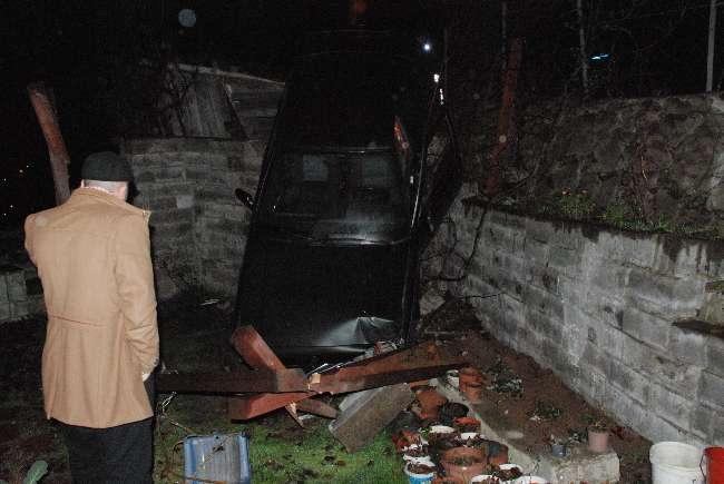 Zonguldak'ta alkollü sürücü bir evin önüne uçtu