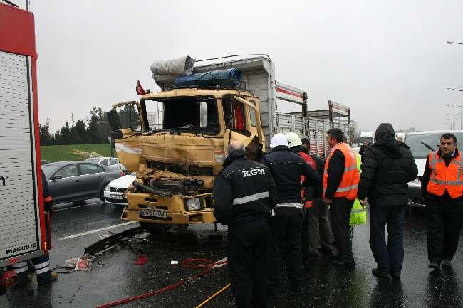 Ümraniye'de TEM Otoyolu'nda kaza trafiği kilitledi