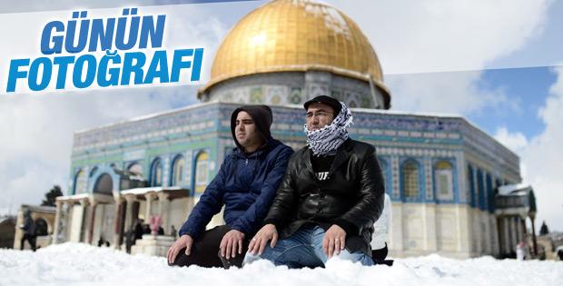 Kudüs'te kar üzerinde Cuma namazı