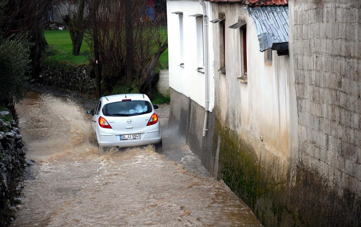 Sağanak yağış nedeniyle Muğla-Fethiye karayolu kapandı