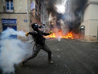 Fransa'da havalimanı eyleminde olaylar