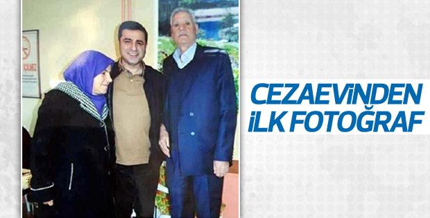 Tutuklu Demirtaş'ın cezaevi pozu