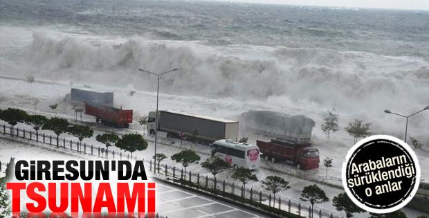 Giresun'da dev dalgalar sahil yolunu sular altında bıraktı
