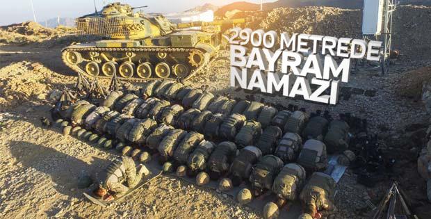 Hakkari'de 2 bin 900 metrede Mehmetçikten bayram namazı