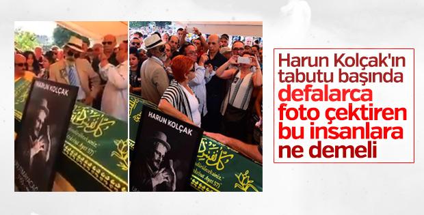 Harun Kolçak'ın tabutu başında selfie