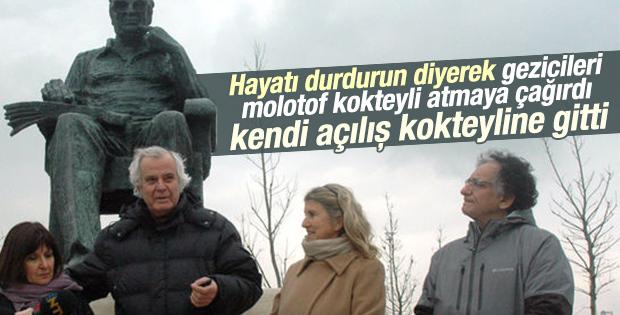 Tarık Akan Yaşar Kemal'in heykeline gitti