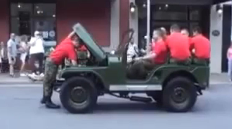 Bu askerler silah yerine jeep söküp takıyor- izle