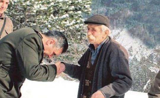 Yıllardır şehit oğlunun mezarında nöbet tutuyor