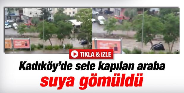 Kadıköy'deki Kurbağalıdere taştı: Bir araç suya gömüldü