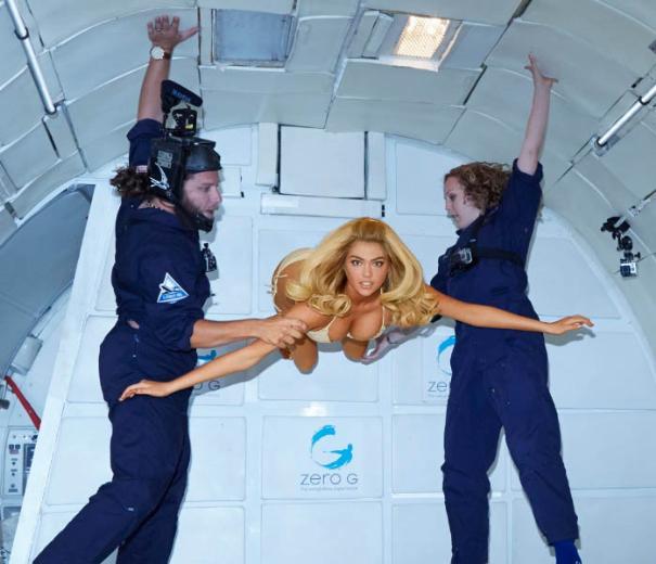 Kate Upton uzayda bikini giydi - izle