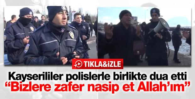 Saldırının yapıldığı alanda halk  ile polisler dua etti