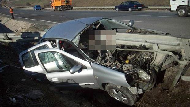Samsun'da otomobil bariyerlere çarptı: 2 ölü