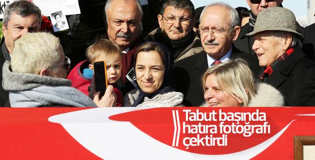 Kılıçdaroğlu cenaze namazından önce fotoğraf çektirdi