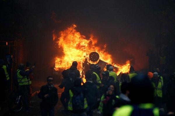 Fransa'da tarihi eserler tahrip edildi