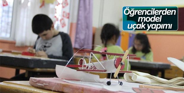 Öğrenciler sınıfta model uçak yapmayı öğreniyor