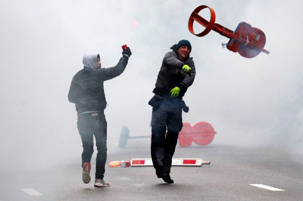 Brüksel'de polis mülteci karşıtlarıyla çatıştı