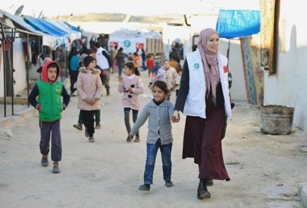 Tesettüre giren Gamze Özçelik, İdlib'e gitti