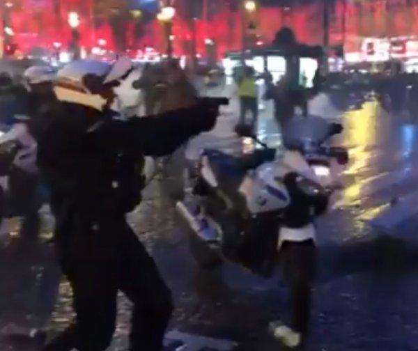 Fransız polisi eylemcilere silah çekti