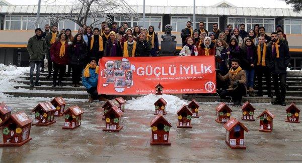 Kar altındaki Erzurum'da kuşlara sıcak yuva yaptılar