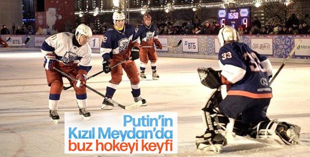 Putin ve Şoygu, Kızıl Meydan'da buz hokeyi oynadı