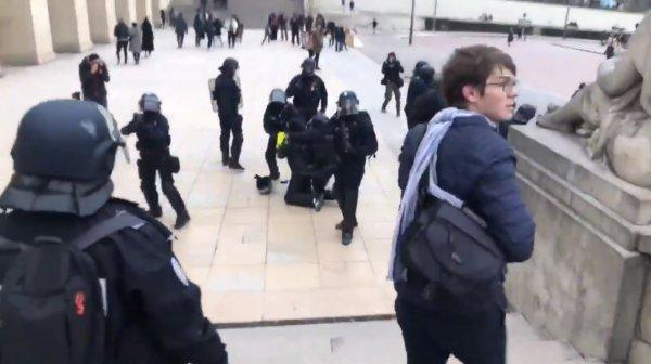 Paris'te polis dayağı