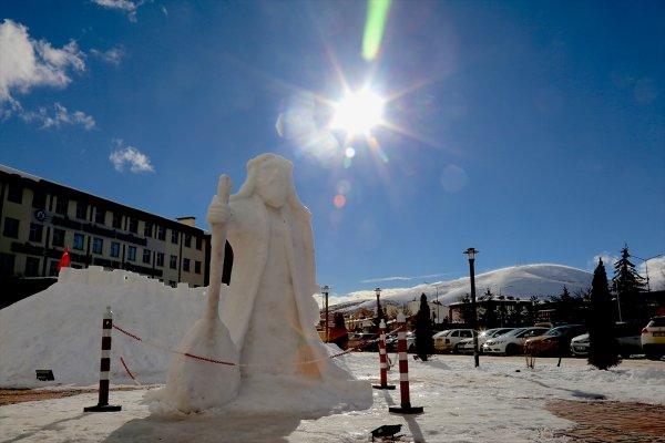 5 metrelik buzdan Dede Korkut heykeli yaptılar