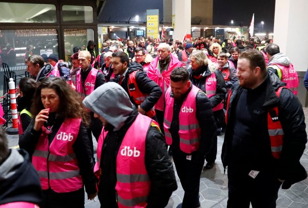 Berlin havalimanlarındaki grev uçuşları iptal ettirdi